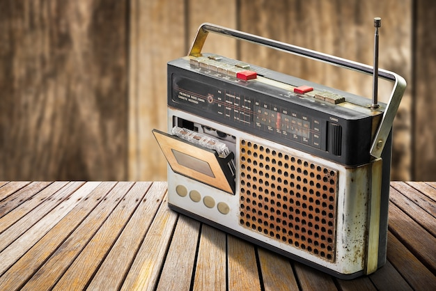 木製のテーブルにレトロなラジオとオーディオカセットプレーヤー