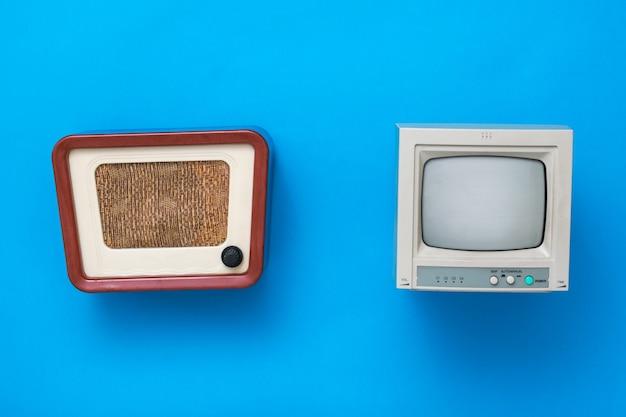 Ретро радио и монитор на синем фоне. набор старинного радиооборудования.