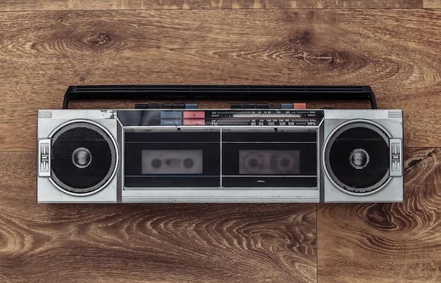 木の床にレトロなラジオオーディオテープレコーダー。上面図