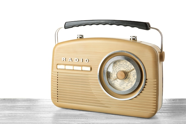 テーブルの上のレトロなラジオ Premium写真