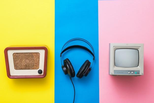 3색 배경의 복고풍 라디오, tv, 헤드폰. 빈티지 기술의 이미지입니다.