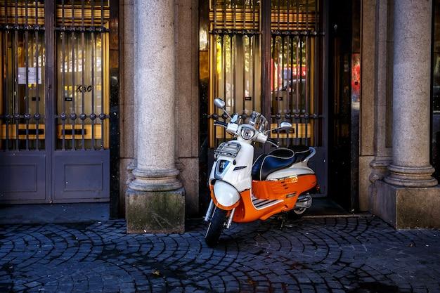 ヨーロッパの都市の路上でレトロな赤いスクーター。