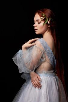 Ретро рыжая девушка с длинным портретом волос в светлом платье. идеальная женщина на черном фоне. шикарные волосы и красивые глаза. естественная красота, чистая кожа. сильные и густые волосы