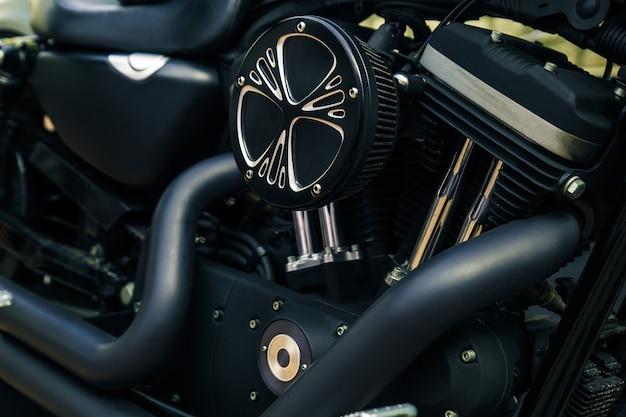 Ретро блестящее хромированное изображение мотора мотоцикла.