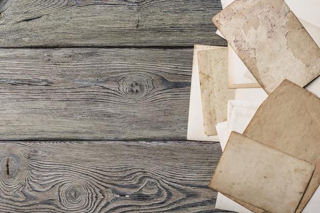 木製のテーブルにレトロないくつかの古い写真
