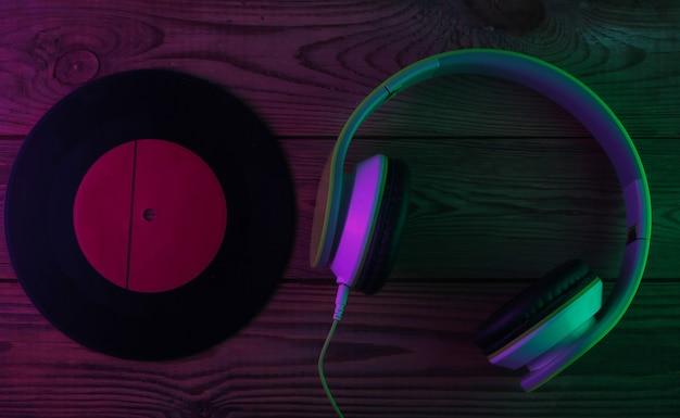 비닐 레코드와 레트로 스테레오 헤드폰