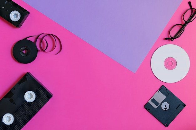 Ретро-накопители: пластина, две видеокассеты, дискета, cd и очки.