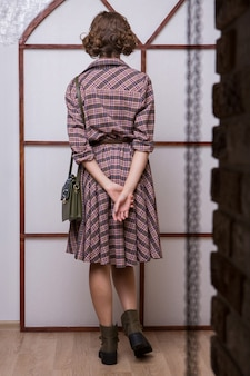 レトロスタイル。 60年代の女の子。広告服、靴、アクセサリー