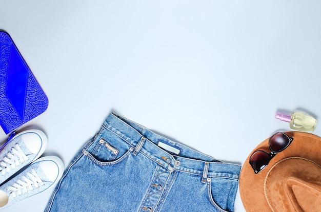 靴とデニムスカートのレトロなスタイルのアクセサリー