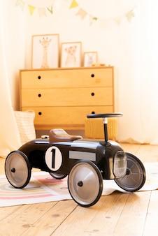 Ретро стиль детский гоночный автомобиль в детской комнате.