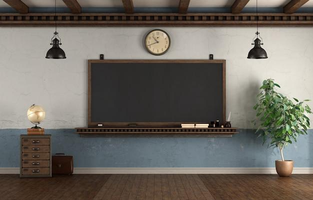 黒板とレトロなスタイルの教室