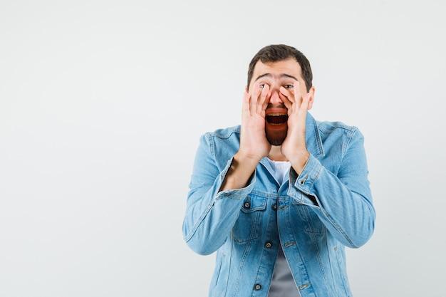 레트로 스타일의 남자 재킷, 티셔츠에 누군가를 호출하고 고민, 전면보기를 찾고. 텍스트를위한 공간