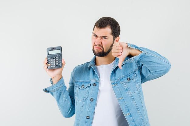 레트로 스타일 남자 재킷, t- 셔츠에 엄지 손가락을 표시 하 고 불만족 찾고있는 동안 계산기를 들고. 전면보기.