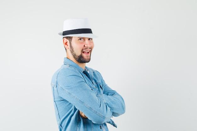 ジャケットのレトロなスタイルの男、笑顔とかわいく見える白い帽子、正面図。