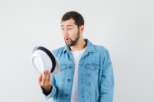 레트로 스타일의 남자 재킷, t- 셔츠에 모자 내부를보고 바보 찾고. 전면보기.