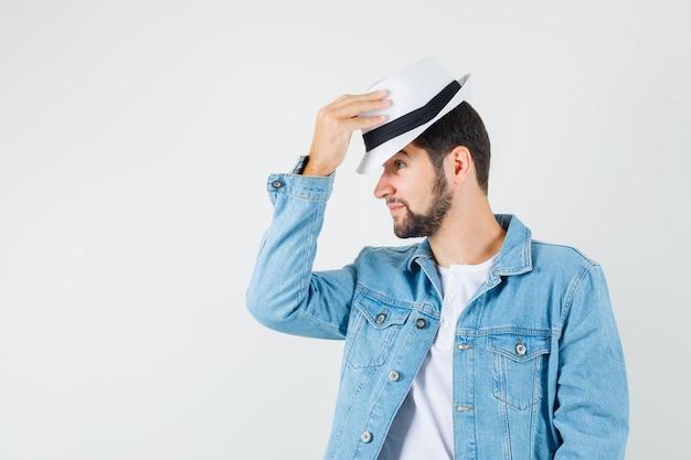 레트로 스타일의 남자 재킷, 티셔츠에 그의 모자를 벗고 만족 찾고.