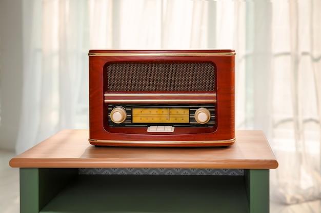 Радио в стиле ретро на столе в помещении