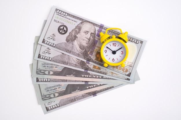 레트로 스타일 알람 시계 달러 현금 흰색 절연. 시간은 돈 개념