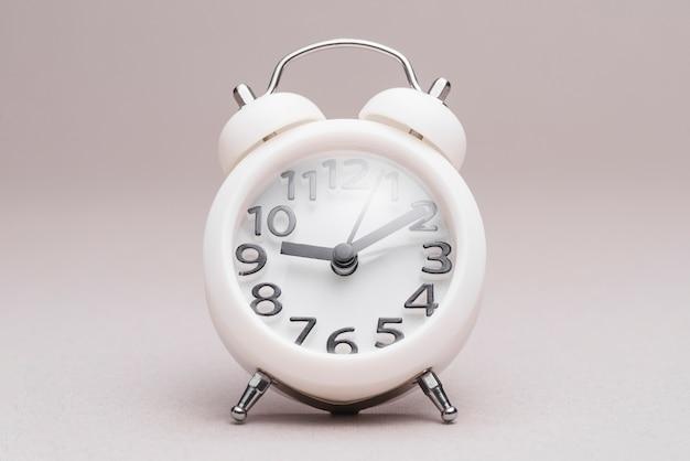 無地の背景にレトロな目覚まし時計