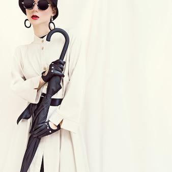 Ретро стиле модная девушка с гламурным портретом зонтика