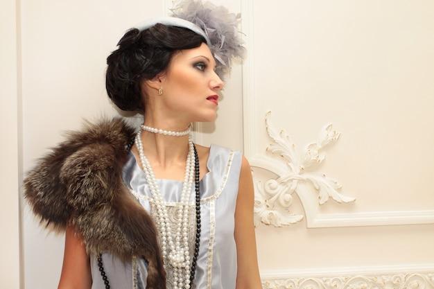 Модный портрет в стиле ретро профессиональной модели