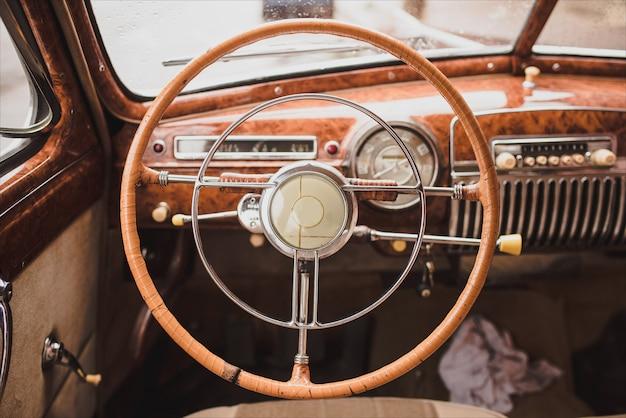 レトロなスタイルのクラシックカー内の古いカーラジオの画像