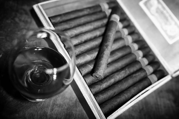 見栄えのするパッケージの木製テーブルにキューバの葉巻の大きな箱のレトロなスタイルの写真