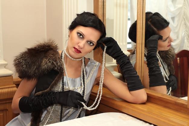 Портрет в стиле ретро с модной фотосессии с профессиональной моделью