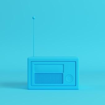 Радио в стиле ретро на ярко-синем фоне