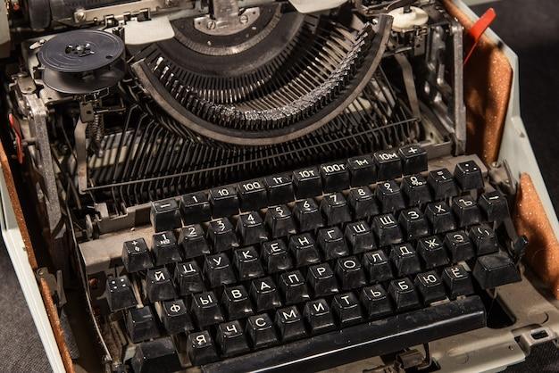 テーブルの上のレトロなスタイルのタイプライター
