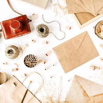 ヴィンテージ封筒とレトロなスタイルのワークスペース