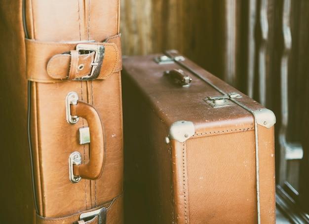 ドアの近くのレトロなスーツケース