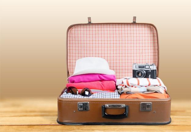 배경에 여행 개체와 레트로 가방