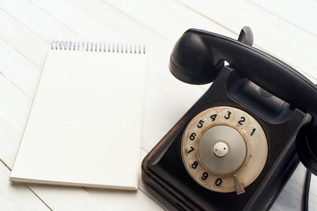 Ретро телефонный блокнот деревянный стол вид сверху