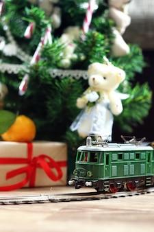 Ретро поезд под дерево подарок