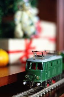 나무 선물 아래 레트로 기차