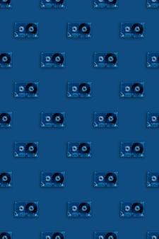 トレンディなブルーのレトロな透明なオーディオカセットのシームレスパターン