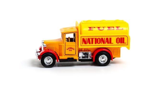 ナショナルオイルの碑文が付いたレトロなトラック
