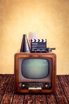 빈 화면이 있는 레트로 tv. 시네마 컨셉