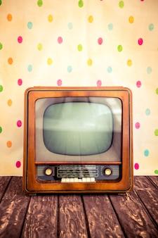 空白の画面とレトロなテレビ
