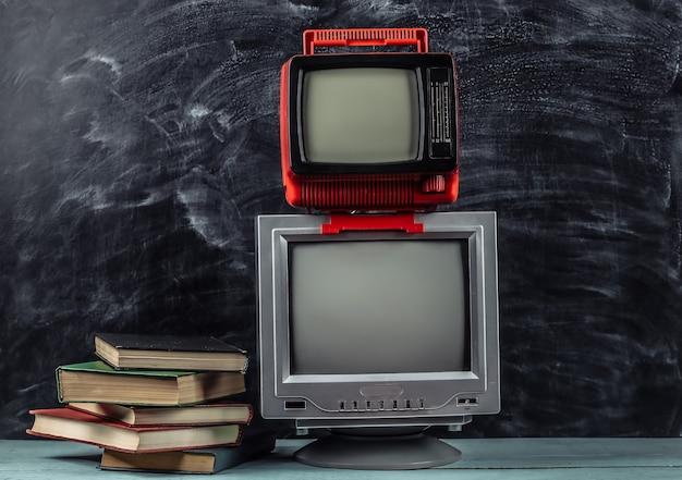 레트로 tv와 칠판 배경에 책의 스택. tv 원격 학습.