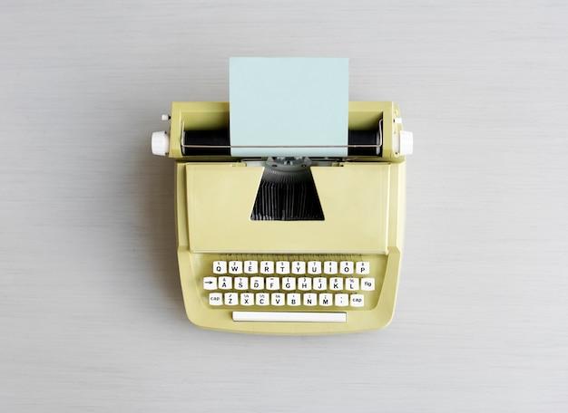 Ретро машина для пишущей машинки на сером столе