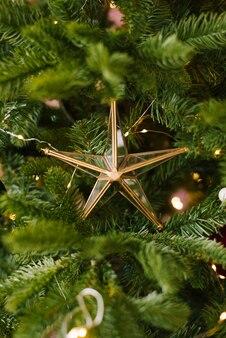 빛을 가진 나무에 레트로 빈티지 크리스마스 장난감 유리 스타