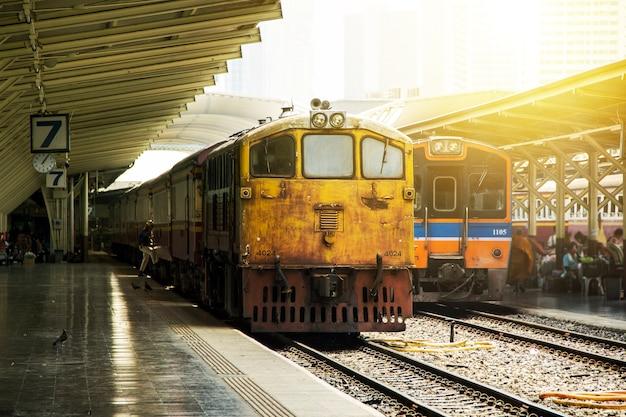 Ретро старинные стиль поезд старый на общественном вокзале тайский