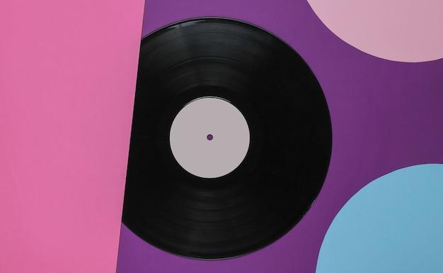 파란색 분홍색 동그라미와 컬러 배경에 레트로 비닐 레코드. 레트로 미니멀리즘. 평면도