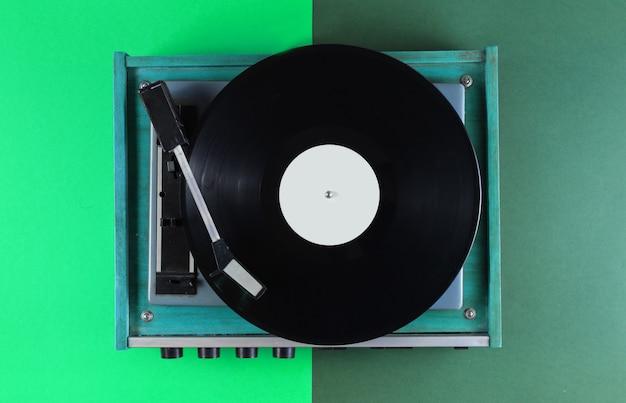 緑のレトロなビニールレコードプレーヤー