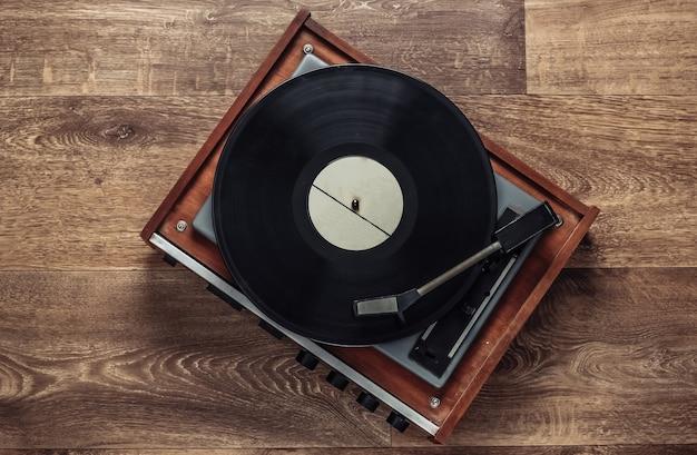 바닥에 레코드와 레트로 비닐 레코드 플레이어. 80 년대. 평면도