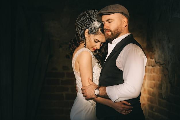 Ретро-свадьба пара в старой церкви на луче солнца