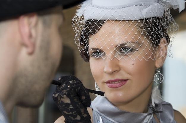 그녀의 남편을 보고 레트로 여자