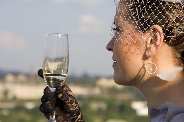 야외에서 와인잔을 가진 레트로 여자